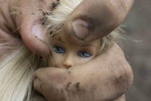 mano apretando muñeca representando la violencia contra las mujeres