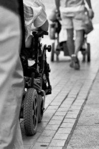 recorriendo las calles como culquier persona, gente con diversidad funcional