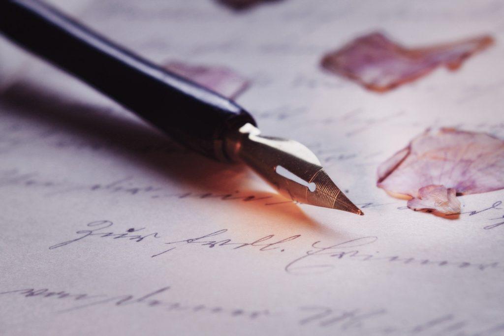 Páginas escritas con pluma estilográfica reposando