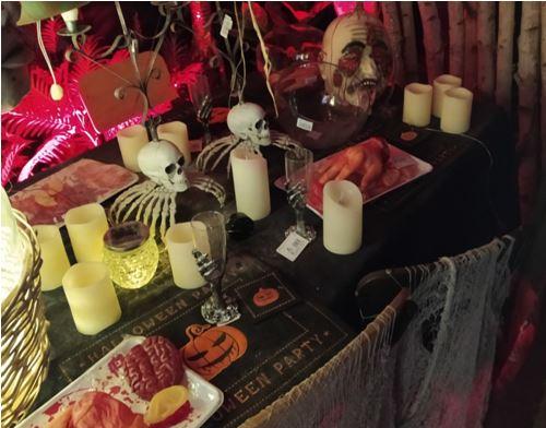 Mesa con ajuares típicos de Halloween