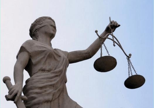 Estatua de la justicia ciega, con una espada y una balanza