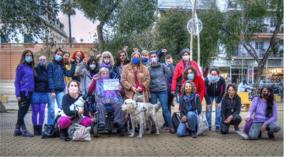 Grupo diverso de mujeres en actitud reivindicativa