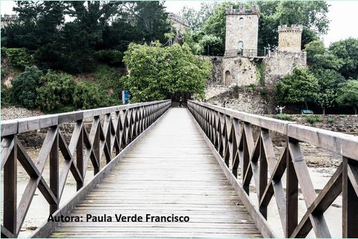 Puente accesible con barandilla en dirección a una fortaleza