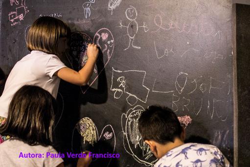 Escolares dibujando en la pizarra.